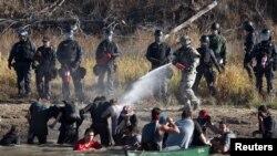警察向北达科它州抗议者喷洒胡椒喷剂。