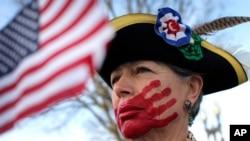 Phụ nữ biểu tình vẽ bàn tay sơn đỏ lên miệng để chống lại chủ nghĩa xã hội phía trước Tòa án Tối cao Hoa Kỳ