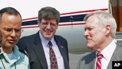 Ray Mabus, secretário americano da Marinha (dir.), com David Brooks, ministro conselheiro da embaixada dos EUA em Luanda (centro)