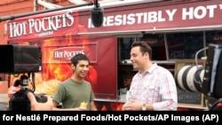 """Зйомки програми «Король сендвічів» телеканалу """"Food Network"""" з ведучим Джеффом Моро. Фото: AP."""