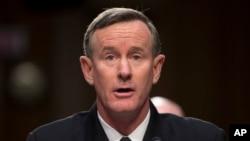 Adm. William McRaven, kòmandan, Kòmandan nan Kòmandman Operasyon Epesyal lame amerikèn. Li te dirije operasyon ki te debouche sou lanmò Ozama bin Laden nan.