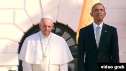 El presidente Barack Obama y el papa Francisco observan la ceremonia de recibimiento en el jardín sur de la Casa Blanca.