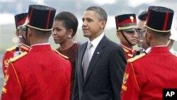 صدر اوباما اور خاتون اول کی جکارتا کے ہوائی اڈے پر آمد