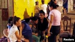 La población permaneció en las calles después de los tres sismos que sacudieron Managua la noche del domingo.