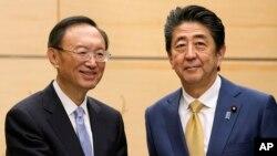 日本首相安倍晉三在東京會見到訪的中共中央政治局委員、國務委員楊潔篪。 (2020年2月28日)
