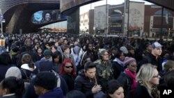 1일 미국 뉴욕 브룩클린에서 맨해튼행 버스를 기다리는 출근길 주민들.