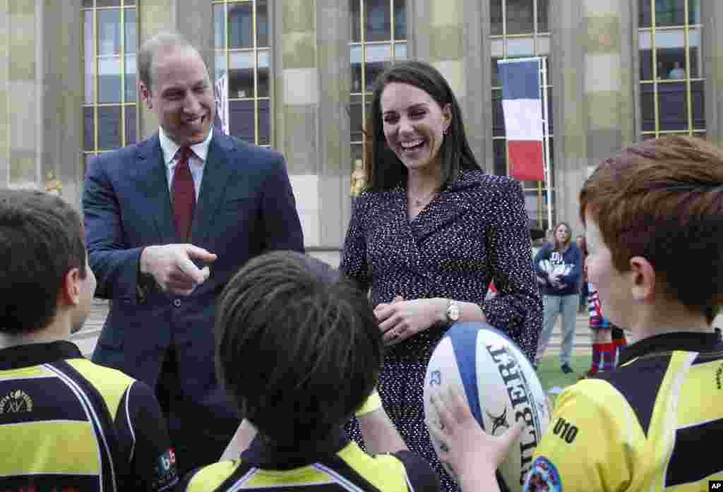 دیدار شاهزاده ویلیام و همسرش از جوانان طرفدار راگبی در پاریس