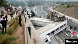 2013年7月24日,西班牙北部这列火车在圣地亚哥•德孔波斯特拉市外的一个火车站附近出轨。
