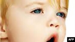 Foshnjet mësojnë të flasin duke lexuar buzët