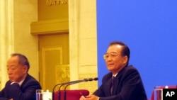 中國總理溫家寶在北京人民大會堂主持記者會