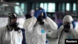 Фото: представники Тайських авіаліній готуються до дезінфекції літака, щоб запобігти поширенню коронавірусу