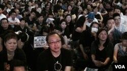 佔中發起人戴耀廷(左二)在金鐘佔領區與集會人士一起收看對話直播 (美國之音 湯惠芸拍攝)