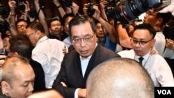 香港立法會主席梁君彥宣布6月20日表決逃犯條例修訂草案後,被多名民主派議員包圍抗議。(美國之音湯惠芸攝)