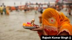Seorang penganut Hindu berdoa kepada Dewa Matahari setelah berenang di Sangam, pertemuan sungai Gangga, Yamuna dan sungai Saraswati daiam festival Maha Shivratri di Prayagraj, India, 21 Februari 2020. (AP Photo/Rajesh Kumar Singh)