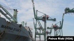 Peralatan bongkar muat modern bertenaga listrik siap melakukan bongkar muatan sebuah kapal barang di Pelabuhan Terminal Teluk Lamong Surabaya. (VOA/Petrus Riski)