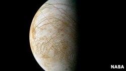"""تصویری از """"اروپا""""، یکی از بزرگترین قمرهای سیاره مشتری که توسط سازمان فضایی آمریکا، ناسا، گرفته شده است"""