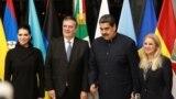 El canciller mexicano, Marcelo Ebrard, y el presidente de Venezuela, Nicolás Maduro, posan junto a sus esposas en el aeropuerto Benito Juárez de México antes de la Cumbre de la CELAC en la capital del país. Foto: Cancillería de México