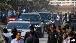 سابق وزیرِاعظم گاڑیوں کے قافلے میں احتساب عدالت میں پیش ہونے کے لیے آرہے ہیں