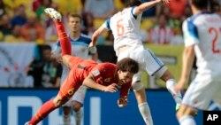Một pha tranh bóng trong trận tranh tài World Cup giữa đội Bỉ và Nga