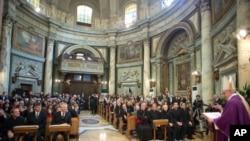Папа римский Франциск служит мессу в церкви Святой Анны. Ватикан, 17 марта 2013 года
