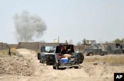 Smoke rises after an airstrike by U.S led coalition warplanes, as Iraq's elite counterterrorism forces enter Shuhada neighborhood in Fallujah, Iraq, June 5, 2016.