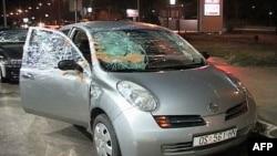 Automobil hrvatskih navijača koji su razlupali srpski huligani posle rukometne utakmice u Novom Sadu