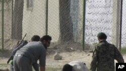 희생자의 시신을 옮기는 아프간 경찰