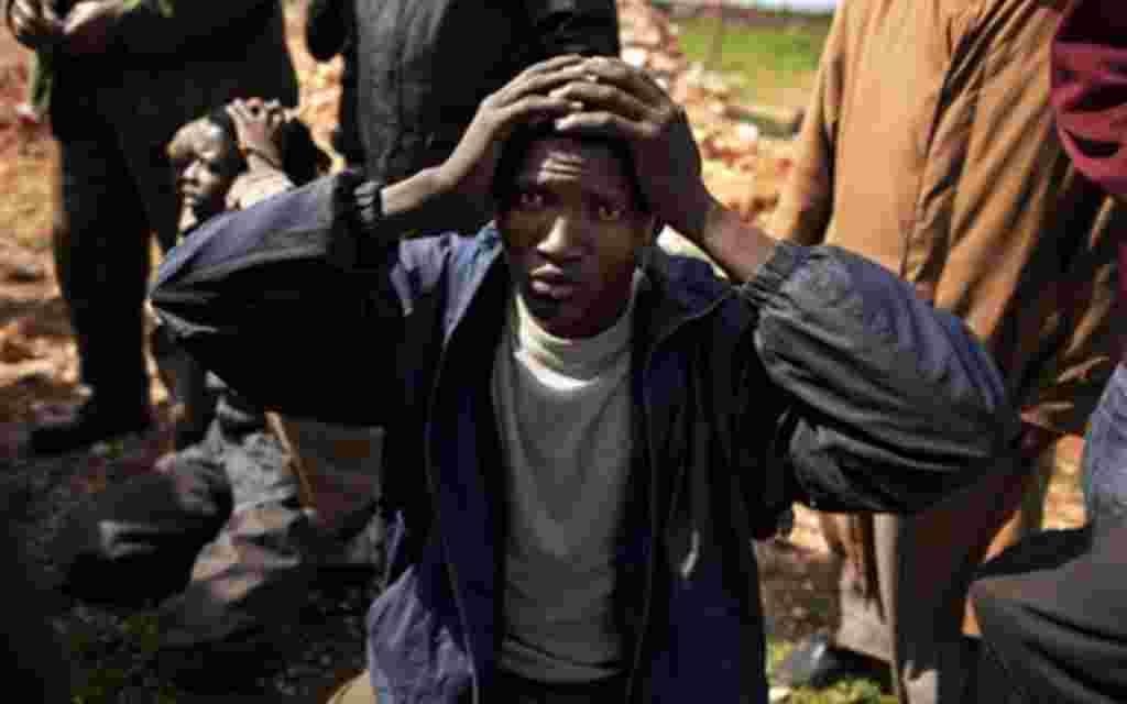 Un mercenario de Gadhafi procedente de Chad es detenido por la milicia libia contra el líder Moammar Gadhafi al este del país.