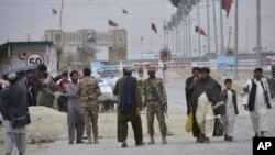 Pasukan Pakistan siaga di perbatasan Chaman yang ditutup, sementara warga dari Afghanistan ingin memasuki Pakistan (foto: dok).
