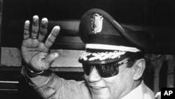 Jenderal Manuel Antonio Noriega melambaikan tangannya kepada para wartawan seusai pertemuan di Istana Kepresidenan di Panama, 31 Agustus 1989 (Foto: dok).