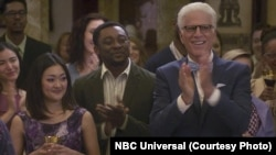 "Glumac Bambadzan Bamba sa Tedom Densonom u TV seriji mreže NBC ""The Good Place."""