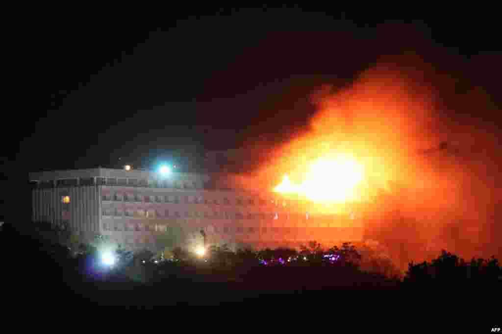 29 tháng 6: Cháy tại khách sạn Inter-continental ở Kabul khi lực lượng NATO và Afghanistan giao tranh với trinh sát cảm tử của Taliban. (Reuters/Stringer)