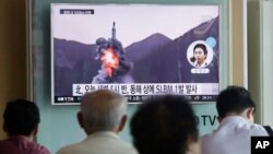 Người dân xem một chương trình truyền hình cho thấy đoạn phim tư liệu về việc phóng tên lửa đạn đạo của Bắc Triều Tiên tại nhà ga xe lửa Seoul, Hàn Quốc, ngày 24 tháng 8 năm 2016.
