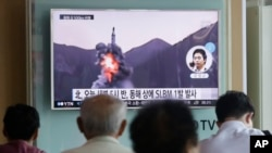 Người dân Hàn Quốc theo dõi tin tức truyền hình về vụ phóng tên lửa đạn đạo từ tàu ngầm của Bắc Triều Tiên, ngày 24/8/2016.