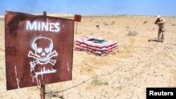 지난 2일 이라크 바스라주 루마일라 유전지대에서 지뢰 제거 작업을 하고 있다. (자료사진)