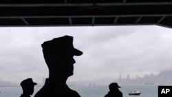 从航母舷窗远眺香港--左侧是九龙,右侧是港岛