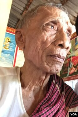 តាអាន អាយុ៨៣ឆ្នាំ និយាយទៅកាន់អ្នកសារព័ត៌មានរបស់វីអូអេខ្មែរនៅវត្តមួយ ដែលឋិតនៅស្រុកកំណើតរបស់លោកគឺស្រុកកំរៀង ខេត្តបាត់ដំបង កាលពីថ្ងៃ១៤ ខែសីហា ឆ្នាំ២០១៥។ (សុខ ខេមរា/VOA Khmer)