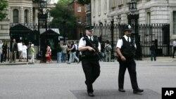 Polisi bersenjata melakukan pengamanan di Downing Street, London (foto: ilustrasi).