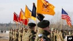 미 육군과 폴란드 육군 장병들이 30일 자간 훈련장에서 합동훈련 개막식을 거행하고 있다.