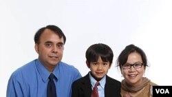 ڈاکٹر مصباح اپنی بیگم اور بیٹے کے ساتھ