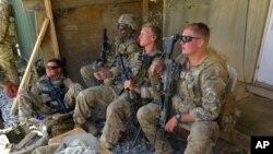 افغان صوبے میدان وردک کے فوجی اڈے میں امریکی فوجی اہلکار۔ فائل فوٹو