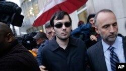 Martin Shkreli, en el centro, sale de la corte luego de ser presentado de cargos. Nueva York, Dic. 17 de 2015.
