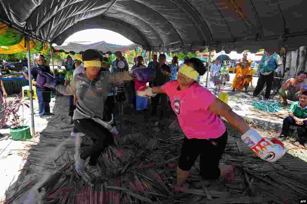 태국 신년 축제에 참가한 불교신자들이 눈을 가리고 복싱 경기를 펼치고 있다. 다가오는 13일은 태국의 새해 명절이다.