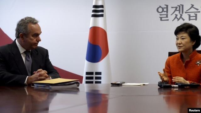 South Korean President-elect Park Geun-hye (R) talks with U.S. Assistant Secretary of State Kurt Campbell during their meeting at Park's office in Seoul, January 16, 2013.