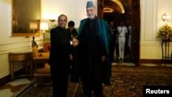 阿富汗總統卡爾扎伊(右)與印度總統慕克吉握手(資料照片)