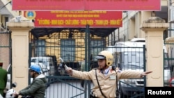 Một cảnh sát giao thông làm nhiệm vụ trước cổng Tòa án Nhân dân thành phố Hà Nội ngày 8/1/2018.