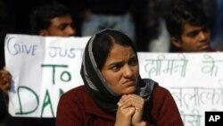 Vụ hãm hiếp và cái chết của nữ sinh 23 tuổi đã gây phẫn nộ trên khắp Ấn Ðộ. Những người biểu tình kêu gọi phải có những luật lệ chống hãm hiếp nghiêm khắc hơn.