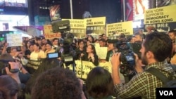 楊錦霞在时报广场集会中发言 ( 美国之音方冰拍摄)
