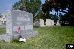 美国海军上将拉森的墓碑,麦凯恩的墓地紧挨着他多年的好友,2014年去世的海军官校同学拉森上将的墓地。