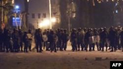 Hình ảnh do chính phủ Syria cung cấp cho thấy lực lượng an ninh Syria đối mặt với người biểu tình ở Douma, gần Damascus
